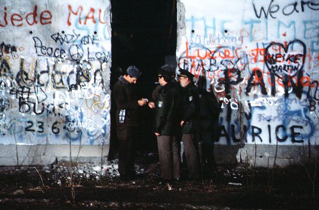 640px-Berlin_1989,_Fall_der_Mauer,_Chute_du_mur_24 (1)